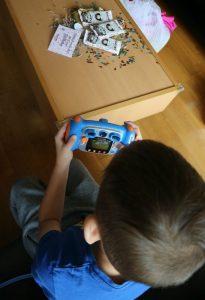 Luca maakt foto's met de kidizoom camera