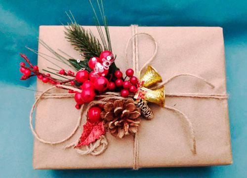 Smukt pakk gaver til det nye år 2