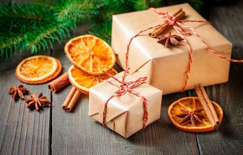 Hvor smukt at pakke gaver til det nye år med en kanelpind