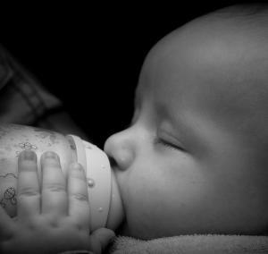 Bébé nourrit au biberon de lait maternisé