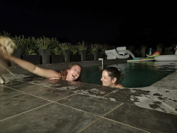 un requin dans la piscine