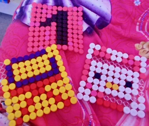 1 000 boutons à clipser en plastique pour éveiller le sens artistique des enfants.