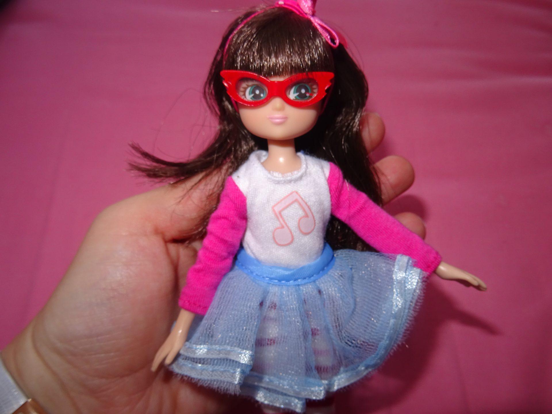 Chipie adore jouer avec ses poupées Lottie