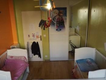Le côté des filles avec, à droite de la porte, un placard intégré.