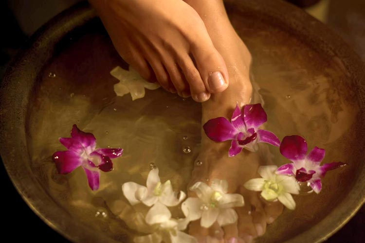 Sheroes_Gift_Guide_FootMassage_via_Mamnushkablog