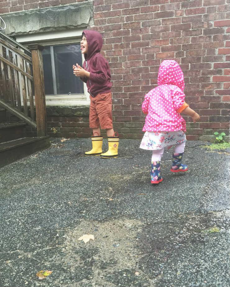 rain-play-via-mamanushkablog