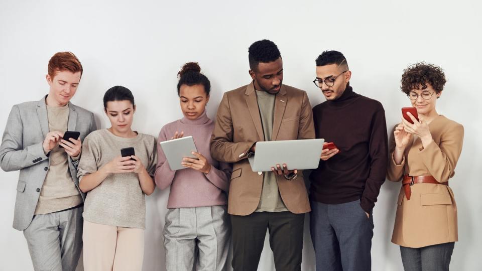 team blogueur qui travaillent sur ordinateur tablette et téléphone