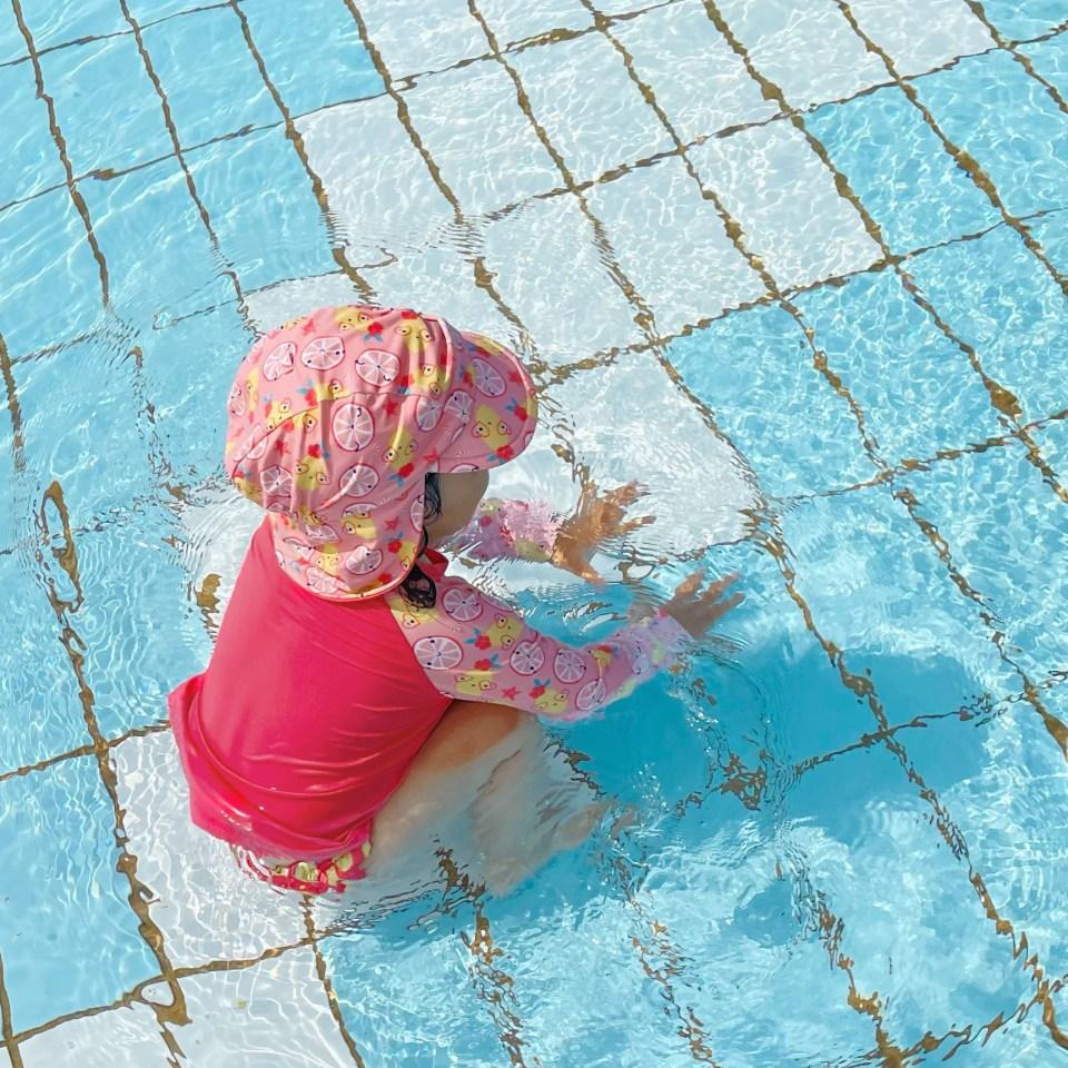 bebe fille dans piscine portant un maillot de bain anti-uv bambino mio