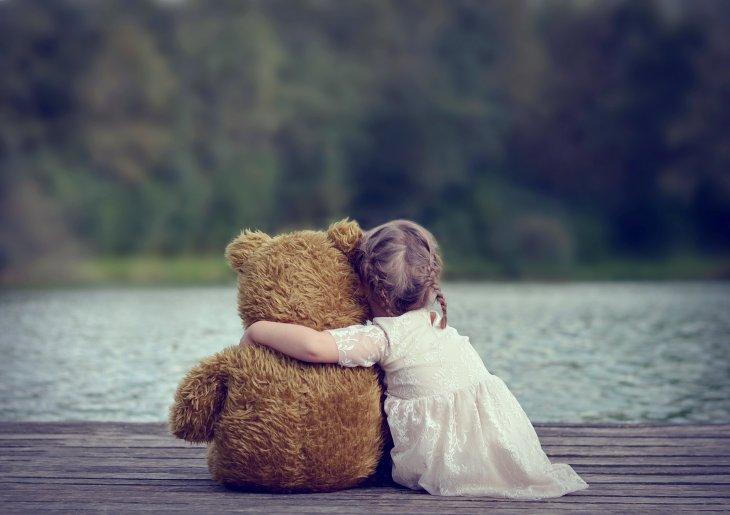dijete se ne zeli odvojiti od plisane igracke