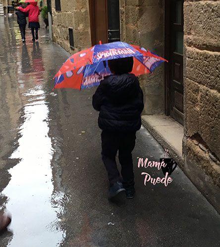 caminar bajo la lluvia en otoño con niños