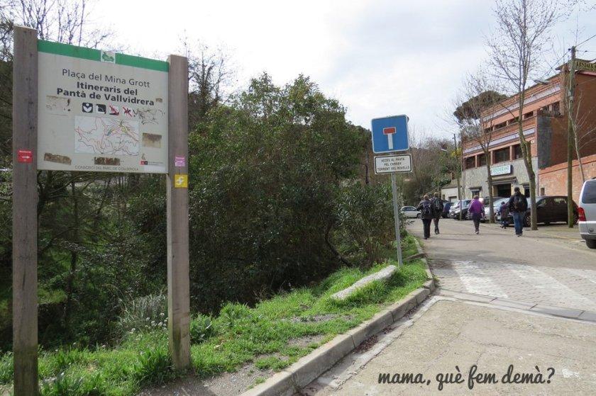 poste indicativo hacia el pantano de vallvidrera