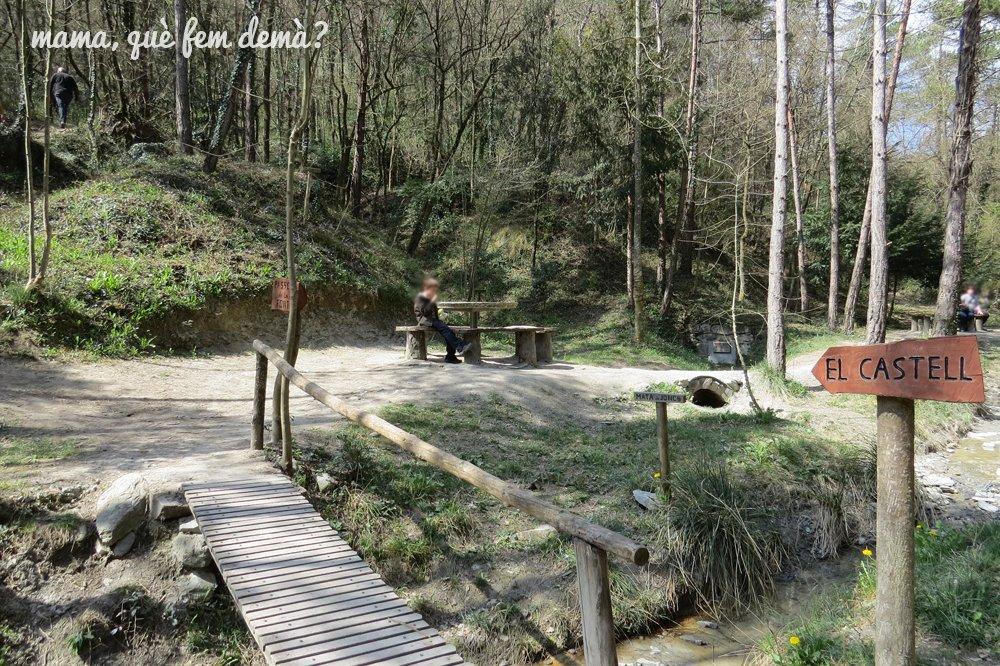 Puente y mesas de pícnic en el Bosc Encantat de Gurb