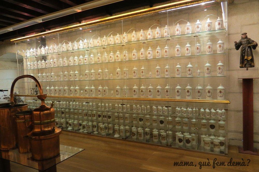 interior del museo de farmacia de burgos