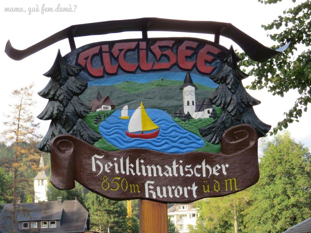 cartel de madera tallada indicando la entrada a Titisee