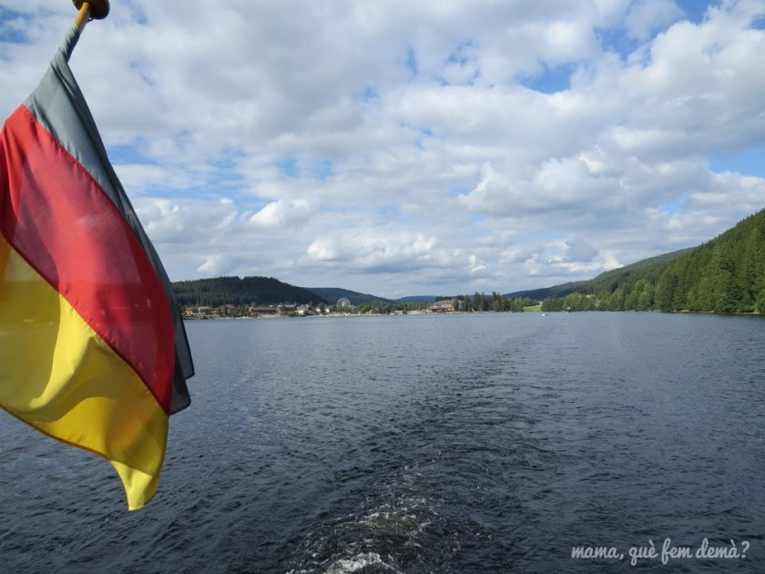 bandera de alemania que hay en un barco que da paseos por el lago Titisee