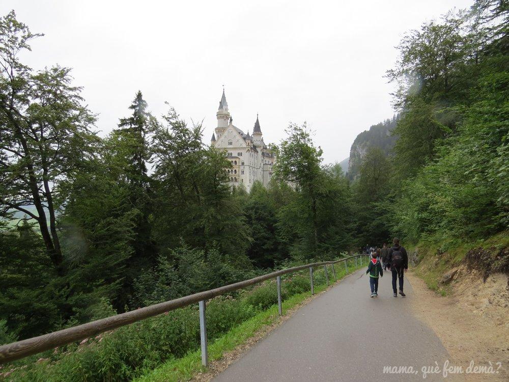 exterior del castillo del rey loco desde el camino donde te deja el bus