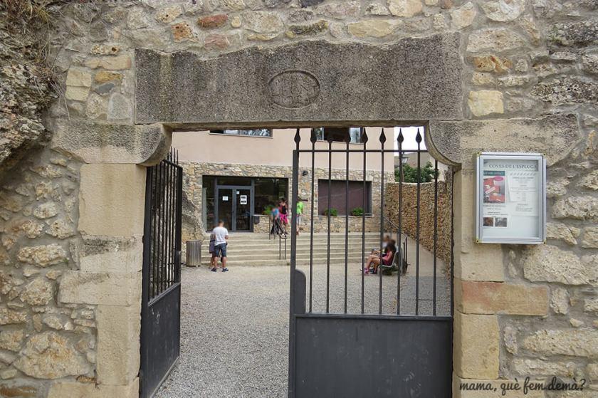 puerta de entrada a las coves de l'espluga