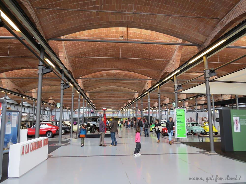 interior del mNACTEC donde está la exposición de vehículos