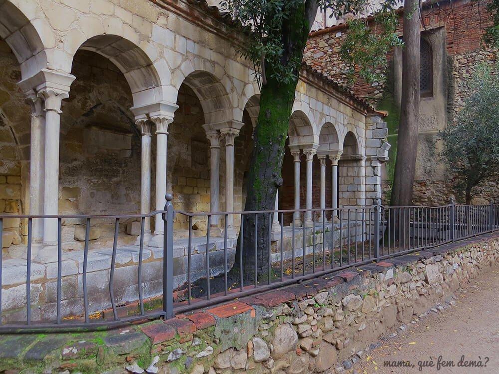 claustro del Monasterio de San Salvador de Breda.