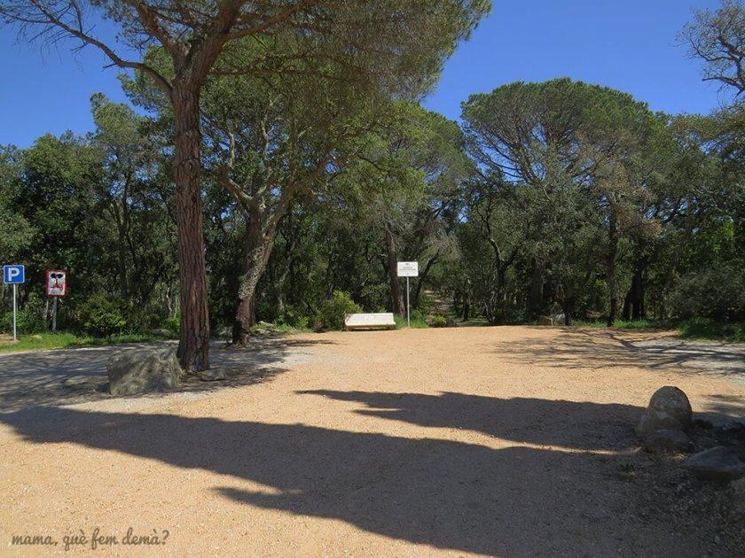 Zona de aparcamiento para visitar el Dolmen de la Cova d'en Daina