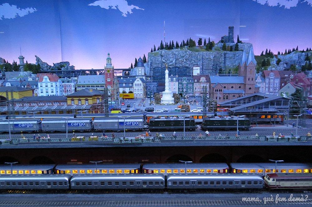 Anochecer en la ciudad del Màgic Món del Tren