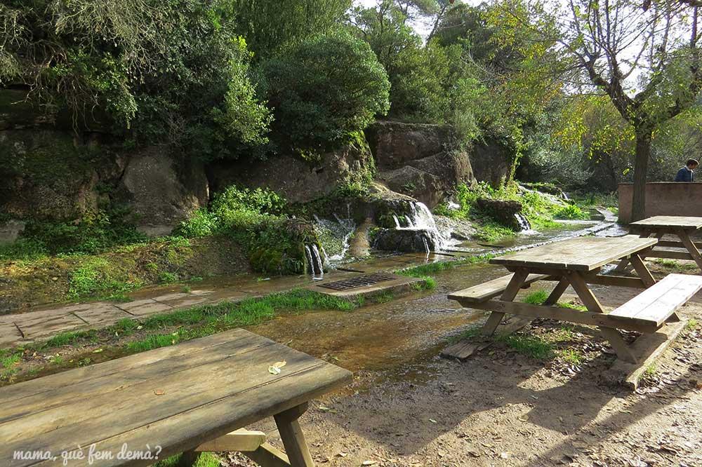 mesas de picnic en les Fonts de Rellinars