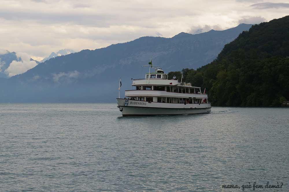 Barco en el lago de Thun a su paso por Spiez