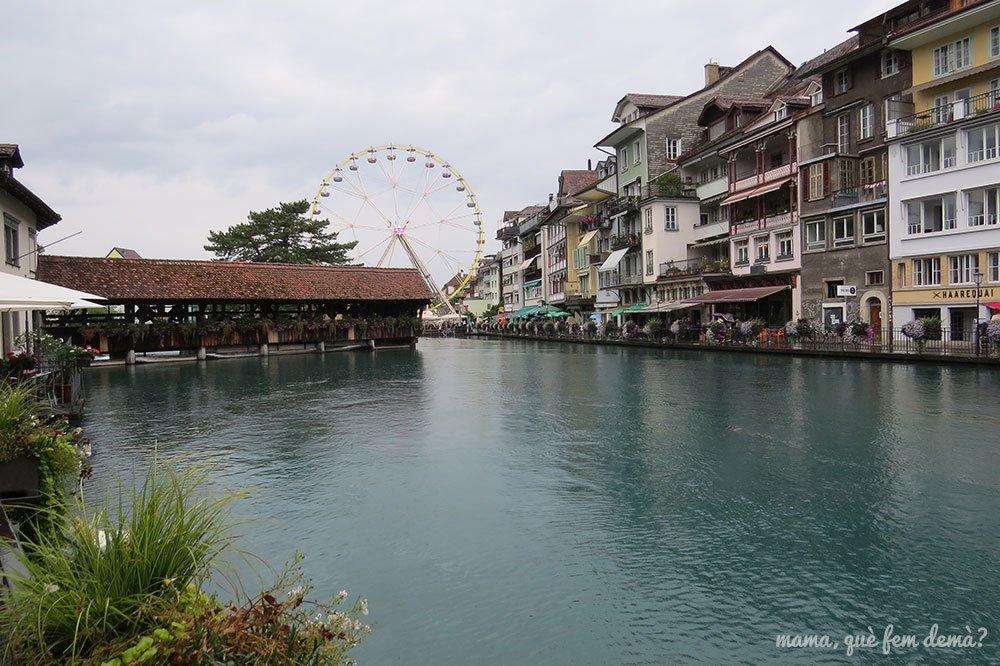 noria y puente de madera en Thun