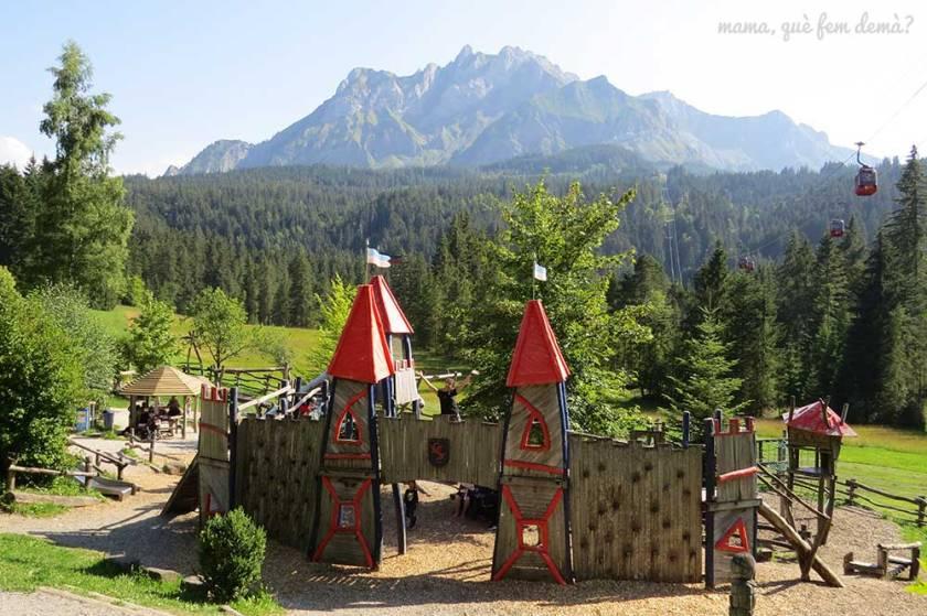 Parque infantil en Krienseregg con forma de castillo medieval. Detrás se ve la montaña Pilatus