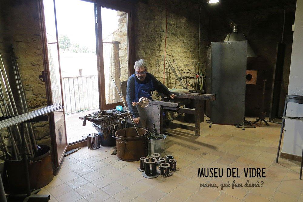 demostración de vidirio bufado en el Museu del Vidre de Vimbodí