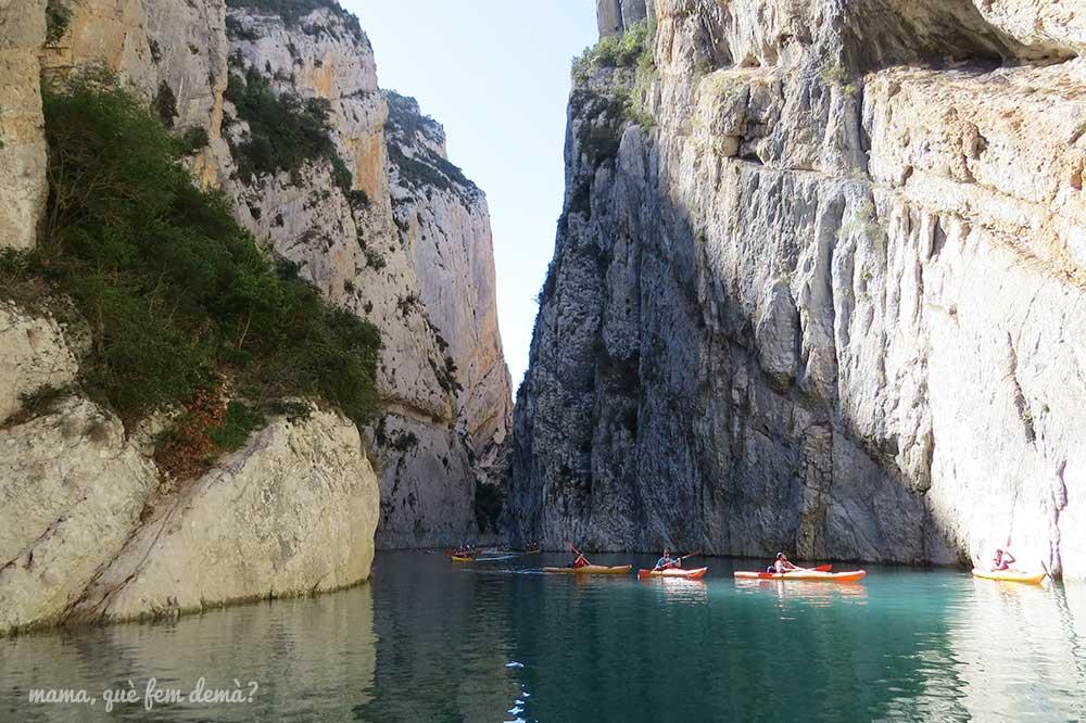 Kayaks navegando por el rio del congost de Mont-rebei