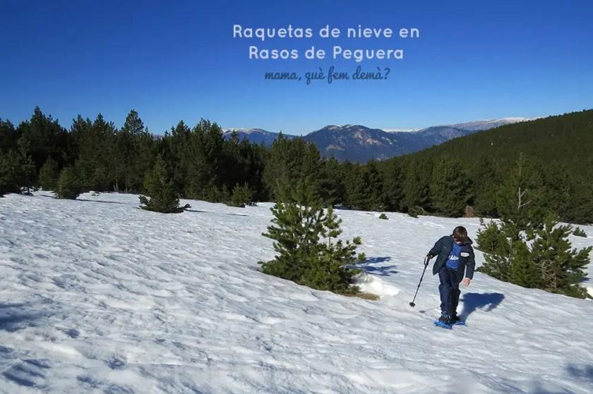 Niño con raquetas de nieve subiendo por una cuesta en Rasos de Peguera