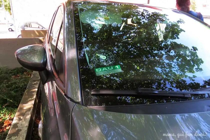 disco de aparcamiento en el parabrisas de un coche