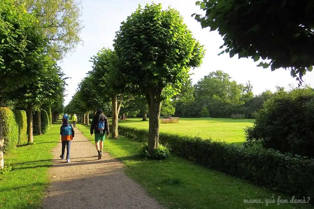 Padre e hijo por el Paseo de árboles y jardines al lado del monasterio de Ribe