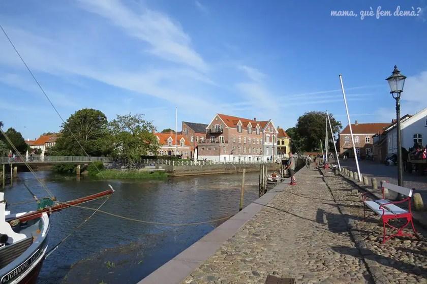 calle Skibbroen de Ribe, con un señor pescando