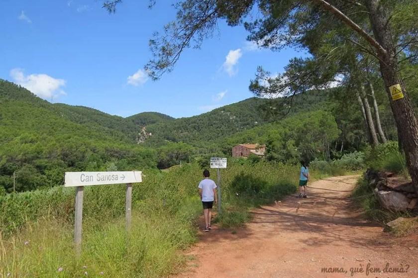 Cruce de caminos de la masia Can Senosa y el Salt del Corró. La masia Can Senosa se ve a lo lejos