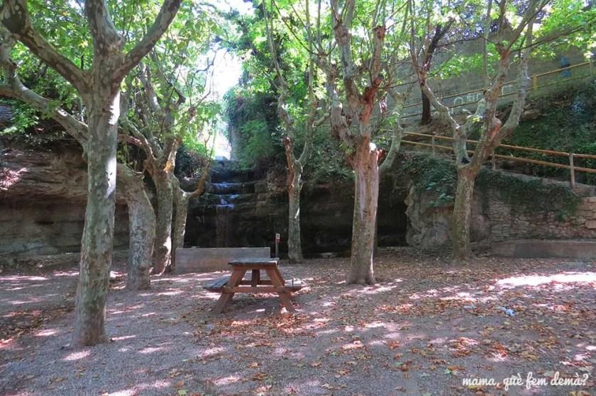 Font de la Cura y mesas de picnic en Navarcles