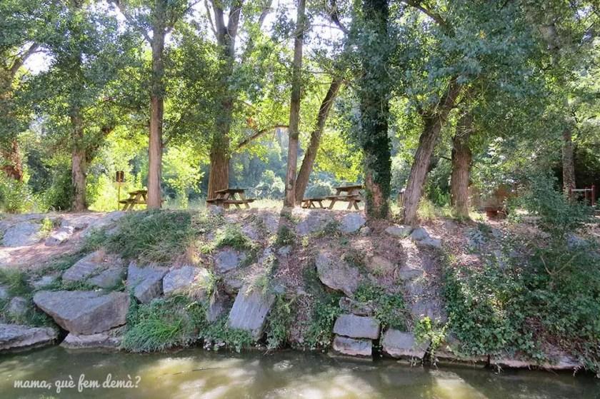 Mesas de picnic en el Llac de Navarcles