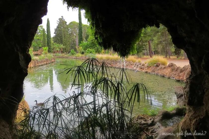 interior de la Gruta de Taxodium con vistas al lago en el Parc Samà