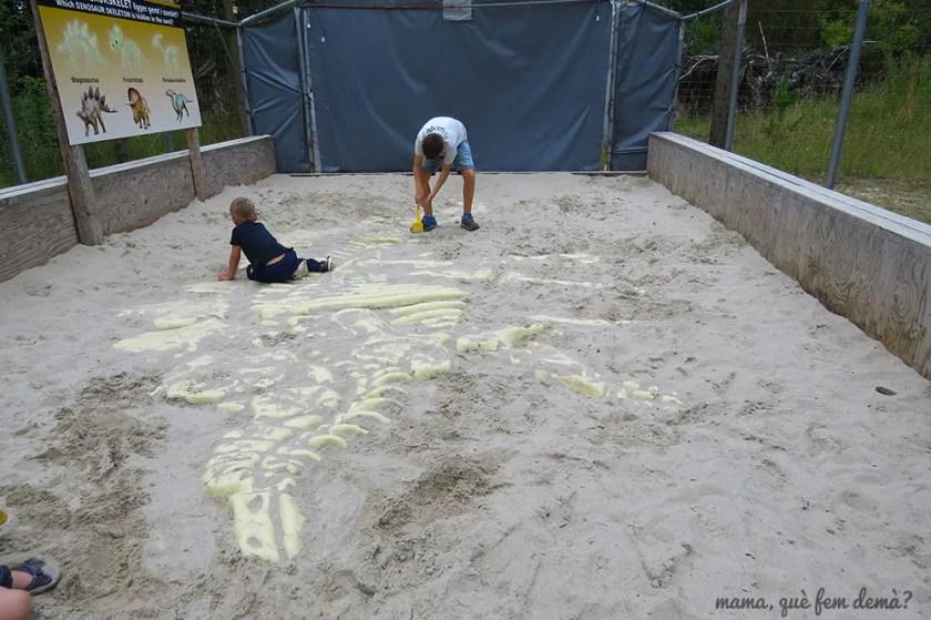 desenterrando huesos de dinosaurio en Givskyd Zoo