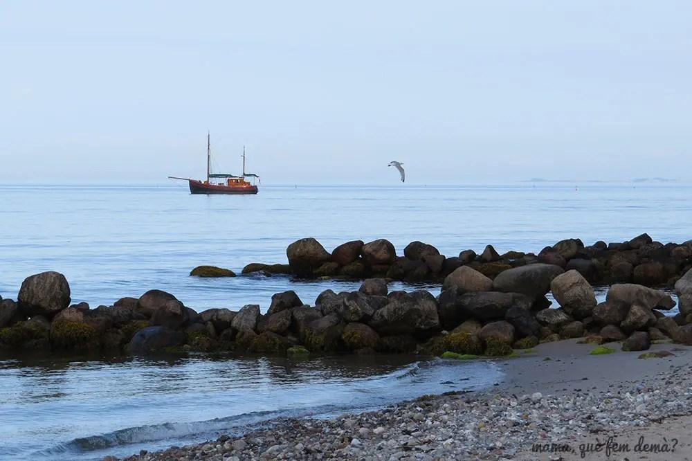 barco en la playa Ballehage