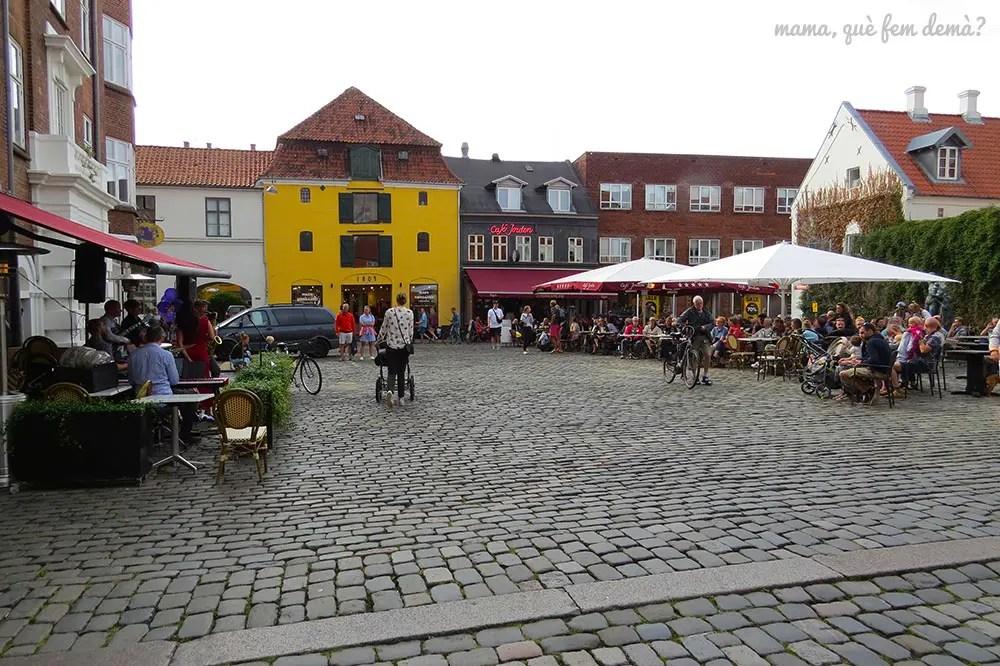 plaza con una terraza de un bar en el barrio latino de Aarhus