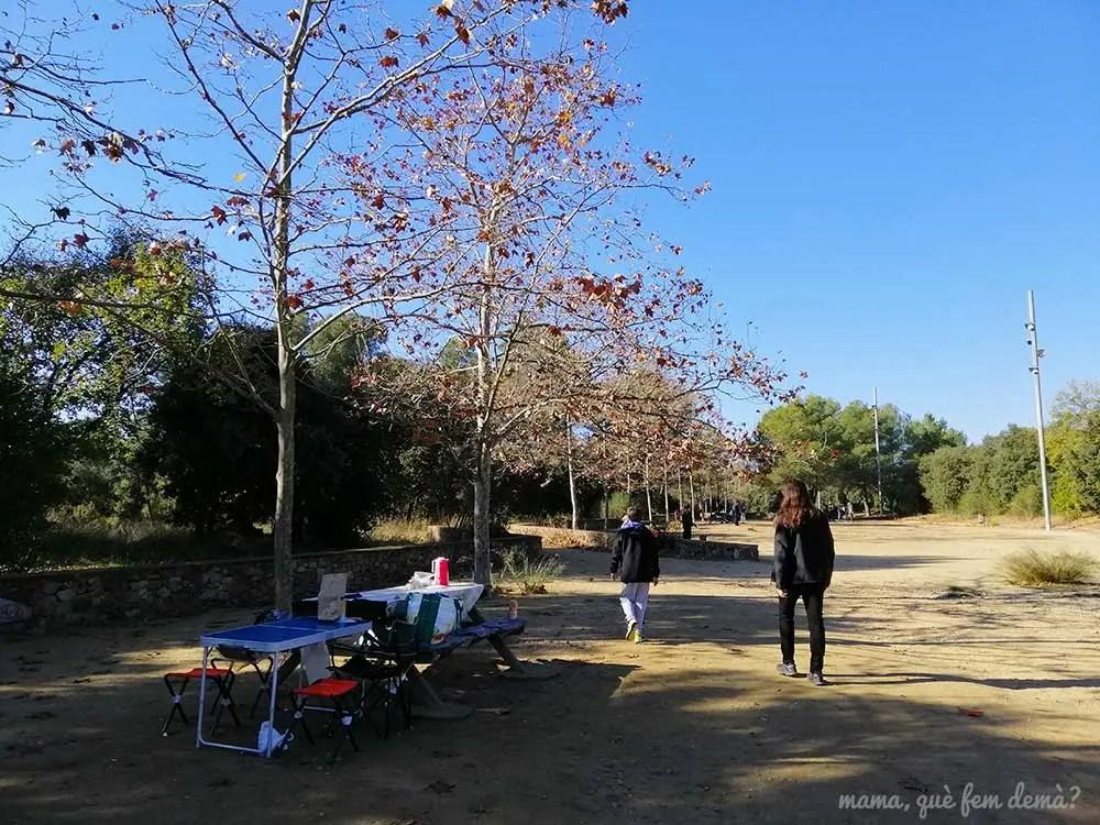mesas de pícnic al lado del apeadero de Castellarnau, en Sabadell