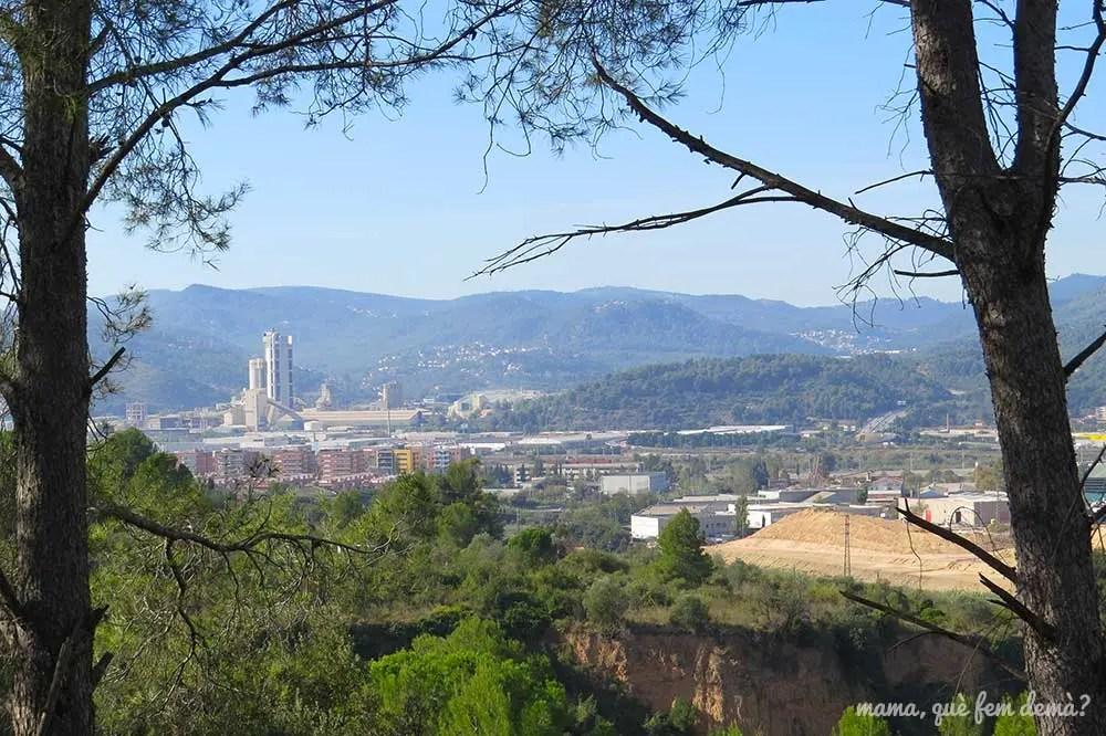 Vistas de las fábricas del Baix Llobregat desde la ruta circular de la Rierada de Molins de Rei