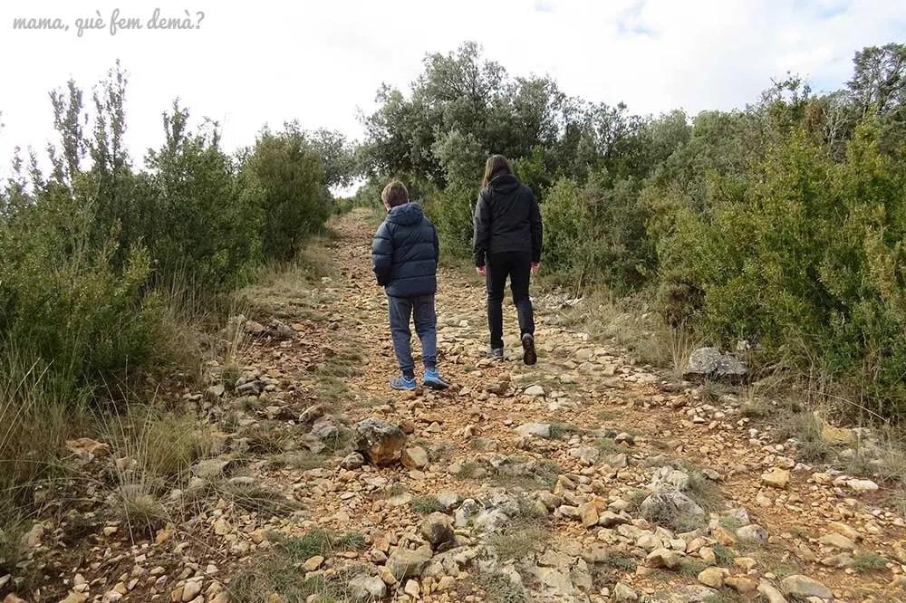 Padre e hijo caminando por el sendero que lleva a los abrigos del Tozal de Mallata en la Sierra de Guara de Huesca