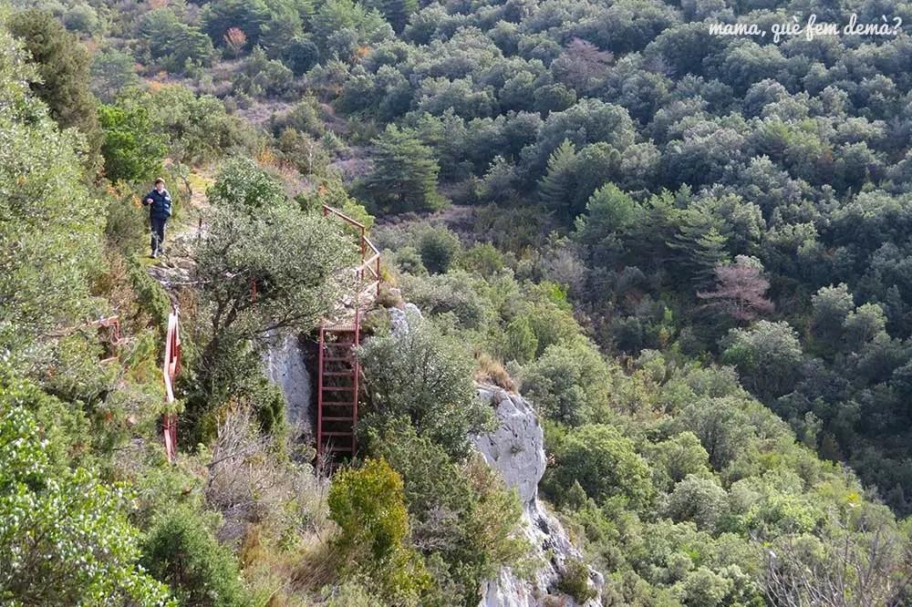 Escaleras metálicas y niño en los abrigos del Tozal de Mallata en la Sierra de Guara de Huesca