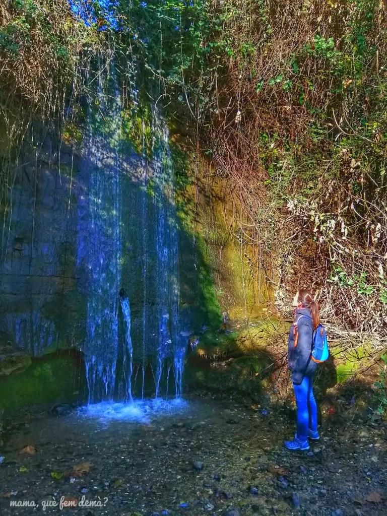 Mujer mirando la cascada de la Font dels Plàtans de Sabadell