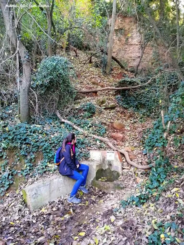 Mujer sentada en la Font del Suro de Sabadell