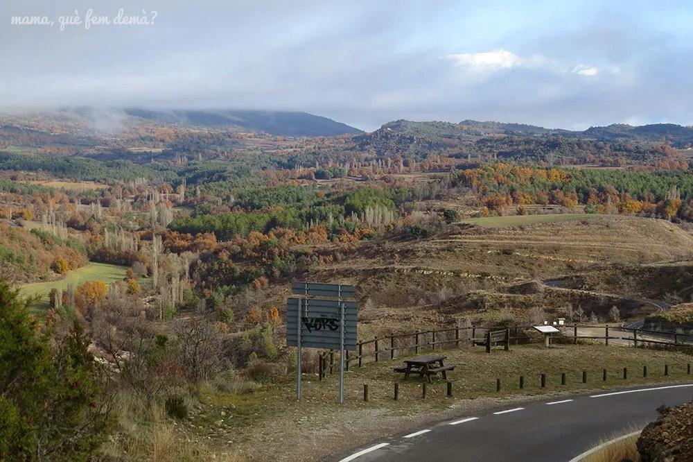 Mesas de pícnic en la carretera donde está el mirador del canón del río Vero en la Sierra de Guara de Huesca