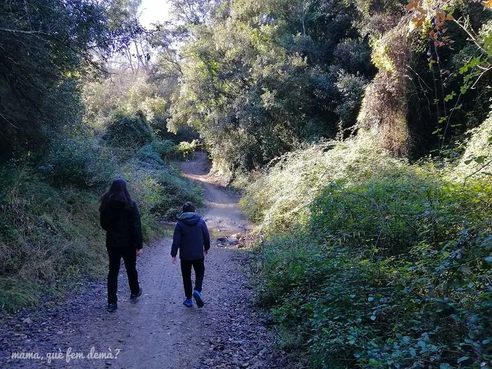 Dos personas caminando por el Torrent de Ribatallada en Sabadell